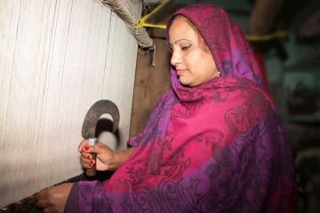 Bunyaad artisan Arshad knotting